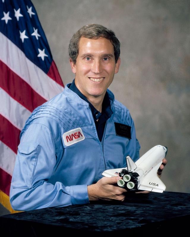 Второй пилот - 40-летний Майкл Дж. Смит . Летчик-испытатель, капитан ВМС США, астронавт NASA.