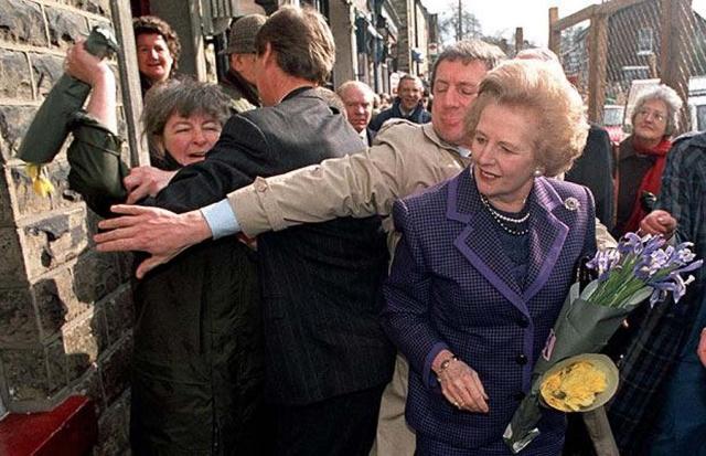 Март 1992: на премьер-министра Великобритании Маргарет Тэтчер напала женщина с букетом цветов во время прогулки Тэтчер по Марпл Бридж в Стокпорте.