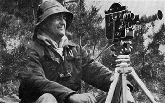 В 1960 году инженер-аэронавт Тим Динсдейл произвел съёмку озера с воздуха, зафиксировав передвижение в нём огромного длинного существа. Динсдейл, заранее предугадав возможные аргументы критиков, снял для сравнения пенный след, оставляемый за его лодкой.