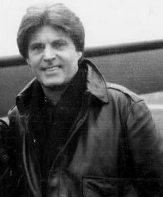 Рики Нельсон. 31 декабря 1985 года певец намеревался дать новогодний концерт в Далласе, однако сделать это не удалось. Самолет, которым он туда летел, разбился, и кумира тинэйджеров 50-х не стало