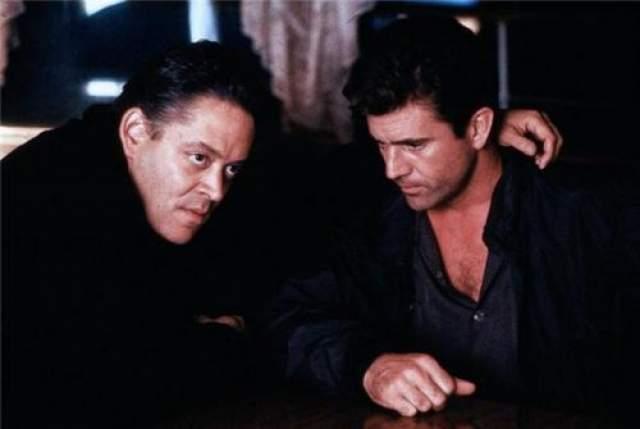 """В начале 1994 года, после отравления суши, у Хулии был диагностирован рак желудка. В конце октября актера доставили в госпиталь из-за невыносимой боли, где он пережил неожиданный инсульт. Следующим фильмом Хулии должен был стать """"Отчаянный"""" Роберта Родригеса. Рауль Хулиа в фильме """"Пьяный рассвет"""" 1988 год"""