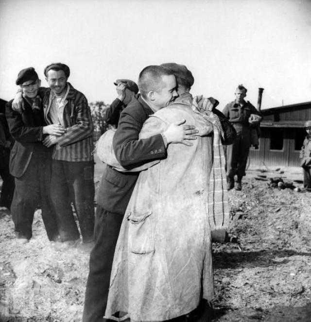 Также в Освенциме остались многочисленные свидетельства массовых убийств. Отступая, немцы уничтожили большую часть лагерных складов, но в уцелевших помещениях советские солдаты нашли личные вещи жертв.