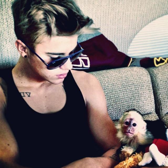 …а во время тура по Германии сделал обязательным условием своего райдера ручную обезьяну.