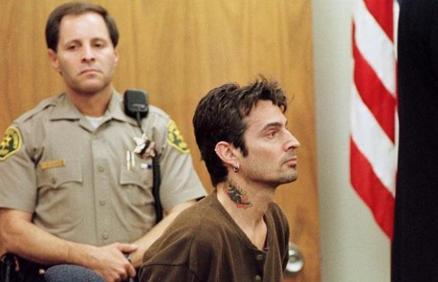 По заявлению Пэм, Томми регулярно избивал ее. После очередной драки терпение блондинки лопнуло, и она обратилась в суд.