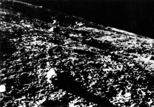 """Первая фотография с поверхности Луны была сделана советской автоматической станцией """"Луна-9"""". Запуск этого космического аппарата состоялся 31 января 1966 года с космодрома """"Байконур""""."""