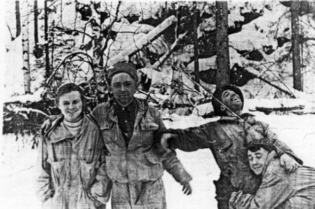"""Гипотеза нападения коренных местных жителей манси рассматривалась следствием, но была отвергнута: """"Установлено, что население народности манси, проживающее в 80-100 км от этого места, относится к русским дружелюбно - предоставляет туристам ночлег, оказывает им помощь и т. п. Место, где погибла группа, в зимнее время считается у манси непригодным для охоты и оленеводства."""""""