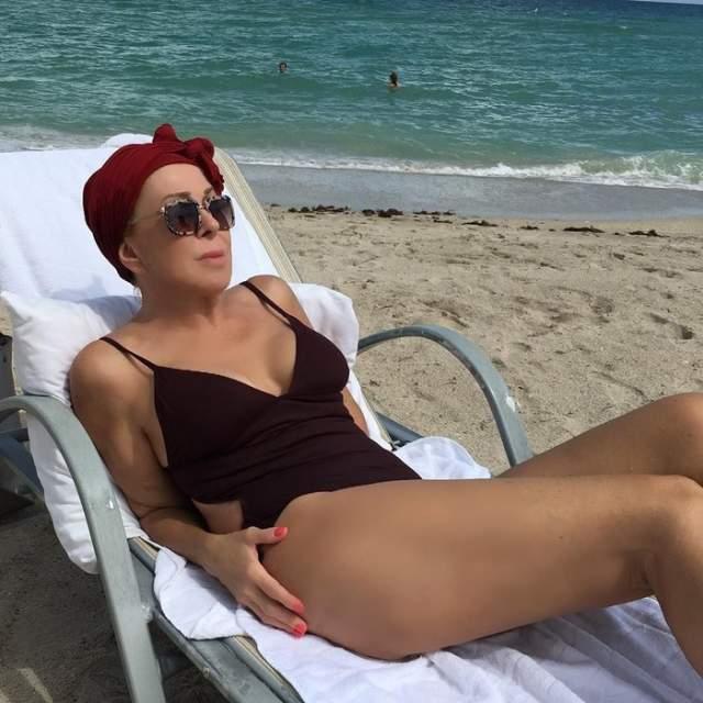 Любовь Успенская , несмотря на возраст, отлично разбирается в последних технологиях и почти все свои снимки обрабатывает в Фотошопе. Посмотрите на этот пляжный снимок певицы и ее ультра-гладкое бедро.