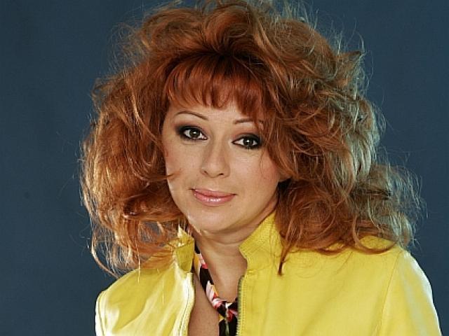 """Алена Апина . Апина начинала карьеру в группе """"Комбинация"""" и стала популярной именно благодаря ей. Потом певица начала сольную карьеру и подарила слушателям немало запоминающихся песен - например, """"Узелок завяжется"""""""