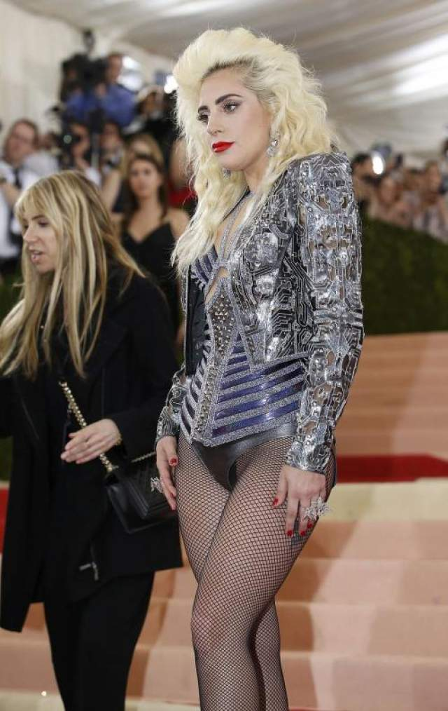 А Леди Гага систематически забывает про юбки.