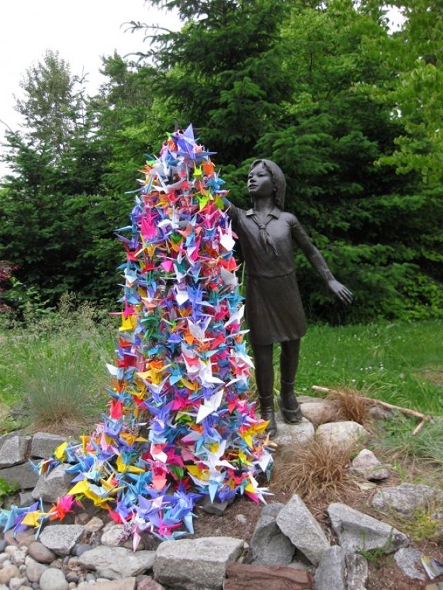 Ее друзья закончили работу, и Садако была похоронена вместе с тысячей бумажных журавликов. Садако Сасаки стала символом неприятия ядерной войны.