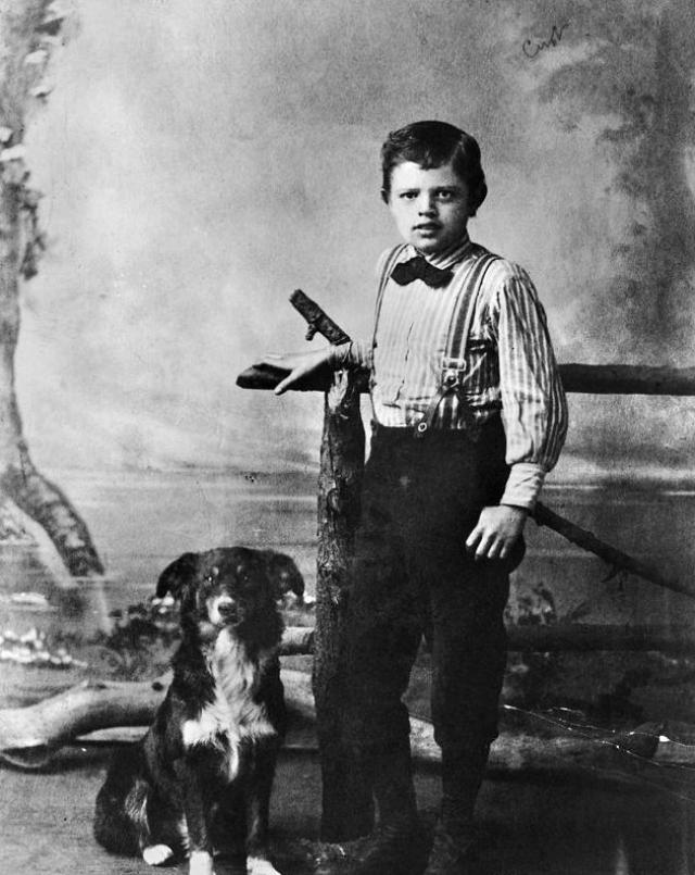 Джек Лондон. Джон Чейни был рожден 12 января 1876 года в Сан-Франциско. Его мать была учительницей музыки, а отец профессором. Правда, это был нежеланная беременность для его матери, так как с отцом они находились в отношениях любовников, и тот был всячески против рождения Джека.