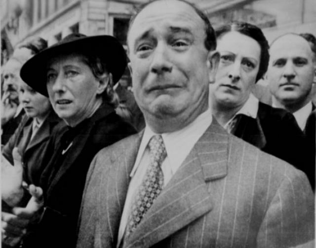 Французские граждане, при входе нацистов в Париж во время Второй мировой войны.
