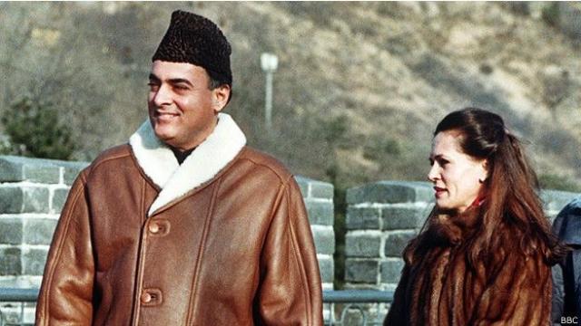 Лидером Индийского национального конгресса стала вдова Ганди, Соня, а премьер-министром выбрали предложенного ей кандидата.