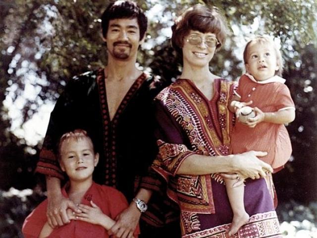 В браке родились дети - Брэндон и Шеннон. Брюс Ли в это время открыл свою школу кунг-фу и обучал джиткундо. 20 июля 1973 года во время съемок актер внезапно умер . А позже печальная участь постигла и их сына Брэндона .