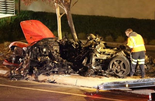 Двухместный спорткар Porsche, за рулем которого был друг актера, врезался в дерево и загорелся, не оставив шансов ни одному из пассажиров.