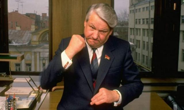 Множество курьезных историй посвящено первому президенту России Борису Ельцину. Почти все они связаны со слухами о его алкогольной зависимости. Один из инцидентов произошел 28 сентября 1989 года: член Президиума Верховного Совета СССР упал с моста в реку у подмосковных госдач.