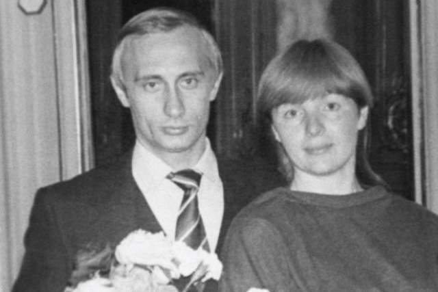 """Как рассказывала в интервью бывшая супруга главы российского государства, у них с Владимиром Владимировичем не было любви с первого взгляда. """"Впервые в моей жизни я постепенно полюбила человека. Постепенно привыкла и полюбила""""."""