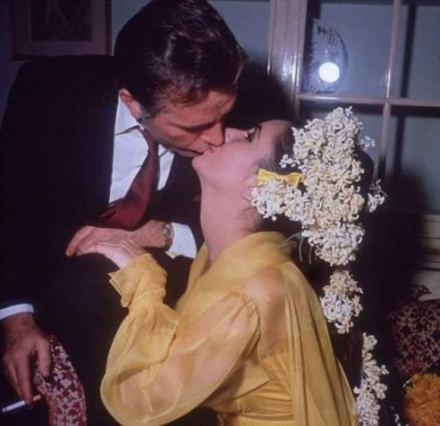 В 1964 году Элизабет Тейлор и Ричард Бартон поженились в королевском люксе отеля Ritz-Carlton в Монреале.