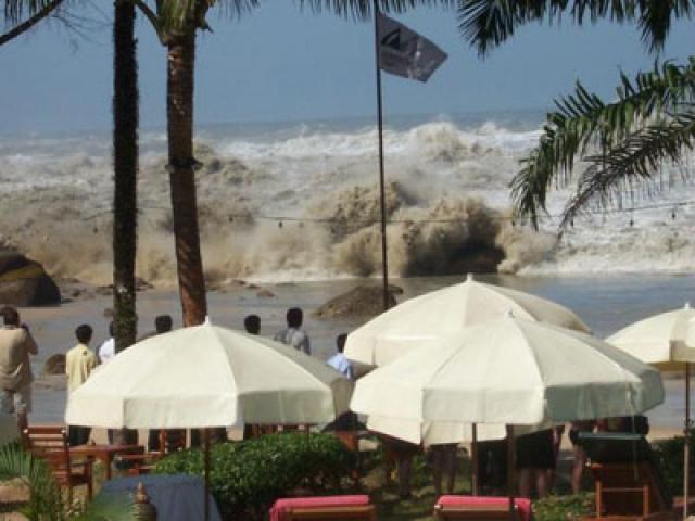 Западное побережье Таиланда, 10:00. С момента землетрясения прошло 2 часа 1 минута. Многие заметили иссиня-черную стену воды вдали. Спастись удалось немногим. Большую часть бегущих сбила с ног уже первая из двух волн - сбила и выкинула на берег. Там их накрыла вторая волна.