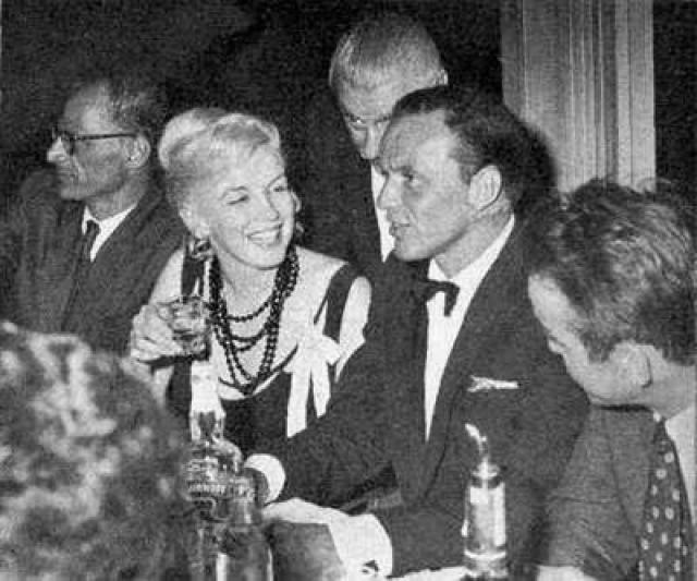 8. Синатре приписывали роман с Мэрилин Монро Биографы до сих спорят о том, когда же познакомились Мэрилин и Фрэнк. Одни утверждают, что их познакомил Джо Ди Маджио в начале 1950-х годов. Другие говорят, что их знакомство состоялось 15 июля 1953 года на премьере фильма «Джентльмены предпочитают блондинок».
