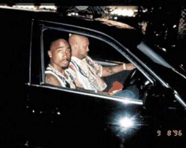 Тупак Шакур в вечер расстрела. Рэперу Тупаку Шакуру на этом снимке осталось жить совсем недолго. В тот вечер, 13 сентября 1996 года (дата видна и на снимке) сидящего в черном автомобиле музыканта расстреляли неизвестные около отеля в пригороде Лас-Вегаса.
