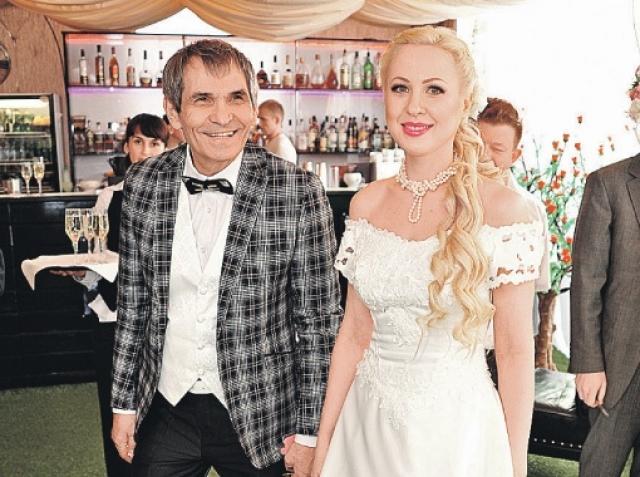 """Легендарный создатель группы """"На-На"""" сделал предложение пассии в прямом эфире НТВ, но свадьба, последовавшая за этим, была тайной."""
