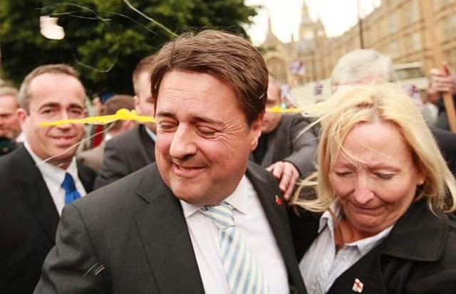 В июне 2009 года лидеру Британской национальной партии Нику Гриффину пришлось покинуть пресс-конференцию у парламента после того, как демонстранты обкидали его яйцами.