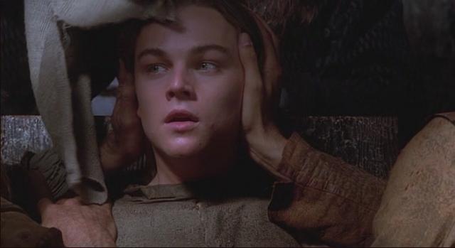 """Интрига заключается в том, что у """"маски"""" лицо самого короля: роль и правителя и заключенного им в подземелье близнеца сыграл Леонардо Ди Каприо ."""