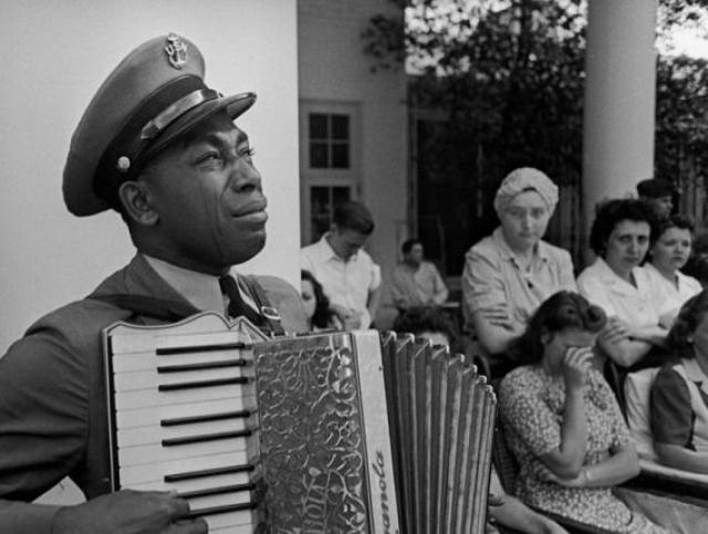 """Старшина Грэм Джексон играет """"Goin' Home"""" на похоронах президента Рузвельта 12 апреля 1945 года."""