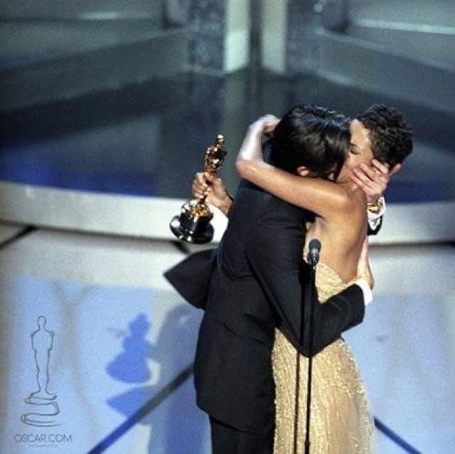 """Сочный поцелуй Эдриана Броуди и Холли Берри стал одним из самых ярких моментов """"Оскара-2003"""". Актер был так взволнован и счастлив получить статуэтку за лучшую мужскую роль в фильме """"Пианист"""", что решил все свои бурные эмоции выразить не в благодарственной речи, а в поцелуе."""