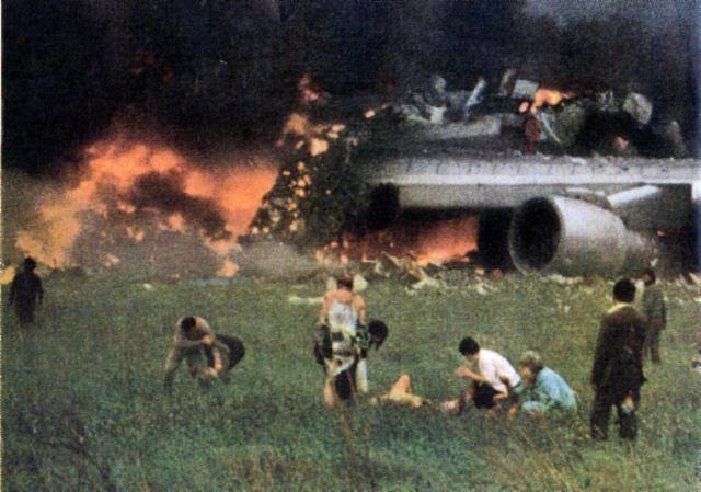 """Второй пилот """"Пан Американ"""" в это время доложил, что они все еще следуют по ВПП (сообщение от 17:06:20.3). Два эти сообщения наложились друг на друга и остались не услышанными экипажем КЛМ."""