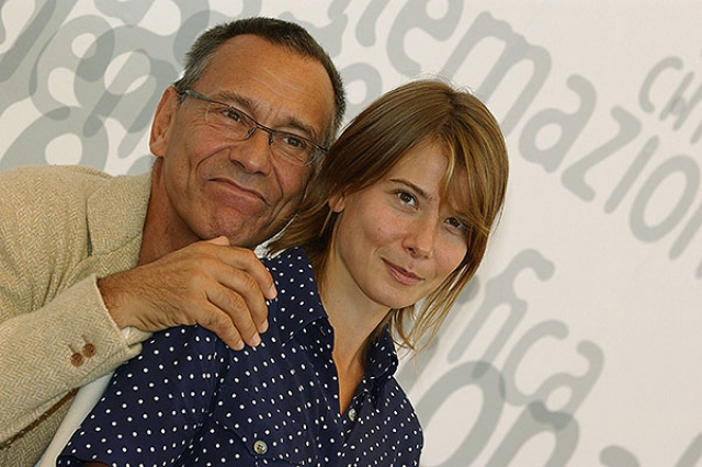 На момент знакомства Андрей был еще женат, а, спустя год, Кончаловский сделал Юлии предложение, и влюбленные просто расписались в ЗАГСе, без официальной церемонии.