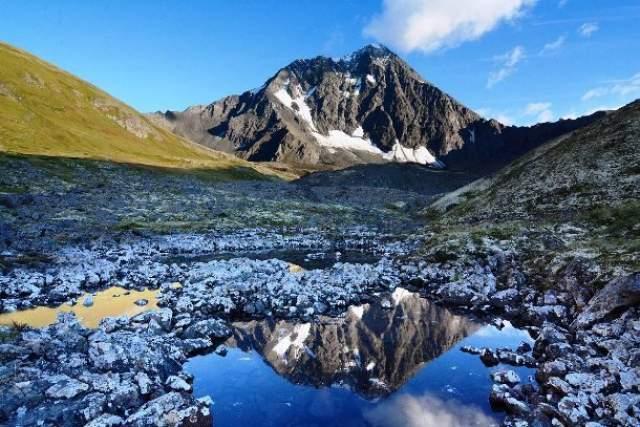 Россия продала Аляску США 18 октября 1867 года Соединенные Штаты купили у России Аляску за два цента за астр (7,2 млн. долларов США золотом), поскольку русские считали, что эта территория - просто бесполезная суровая тундра.