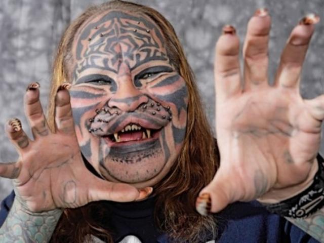 Тело Дэниса было покрыто сплошным слоем татуировок, трансдермальные имплантаты играли роль усов на его лице, субдермальные имплантаты изменили форму лица мужчины, а зубы выглядели, как клыки тигра. В 2012 году он скончался.