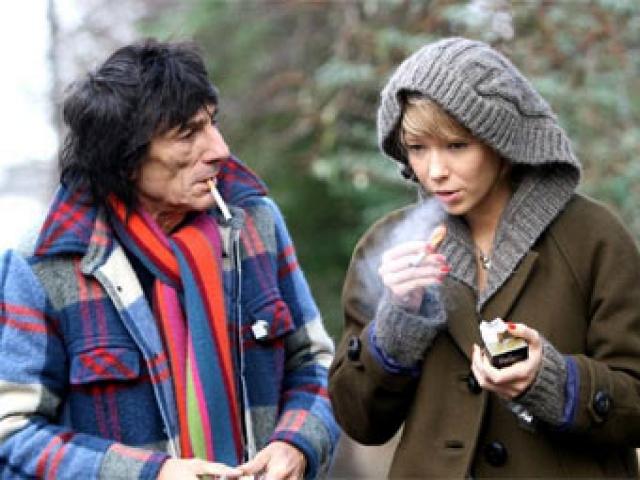 """Катя и Ронни явно оказывали друг на друга дурное влияние, и их отношения становились все хуже. Однажды пьяный музыкант грубо вытащил подругу на улицу и принялся """"душить"""", угрожая зажженной сигаретой. Вскоре после этого они расстались."""