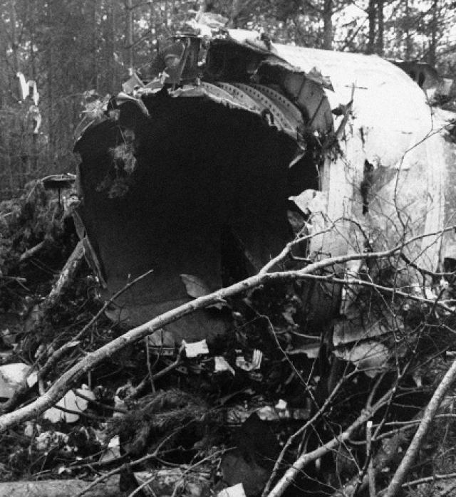 Вращаясь вокруг поперечной оси, Ил-18 начал быстро входить в правый крен, при этом опустив нос, а в 18:07:24 в перевернутом положении под углом 60° и практически без крена он врезался в поле у железнодорожного полотна и взорвался.