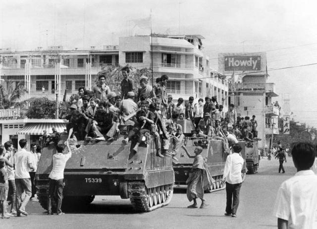 """17 апреля 1975 года """"красные кхмеры"""" захватили столицу Камбоджи Пномпень, установили диктатуру и объявили о начале """"революционного эксперимента"""" для построения в Камбодже """"стопроцентного коммунистического общества"""" в Демократической Кампучии."""