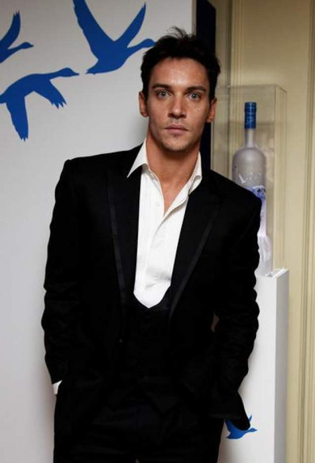 Несколько раз лечился от алкогольной зависимости. 28 июня 2011 года попал в больницу после того, как принял смертельную дозу таблеток, находясь в своем доме в Лондоне. Актера без сознания обнаружили соседи. Медикам удалось его спасти.