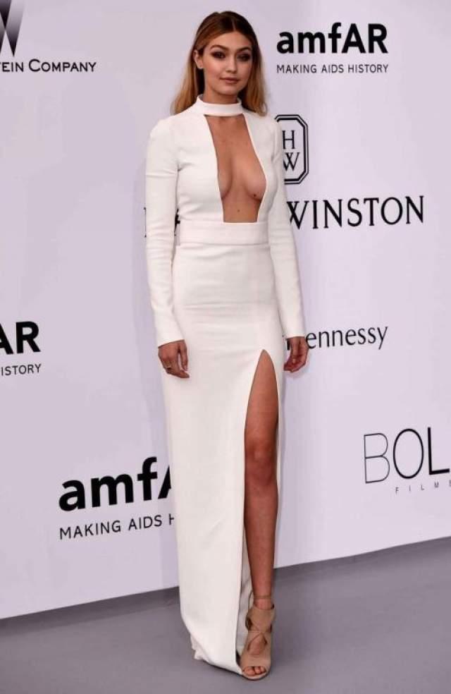 Американская модель Джиджи Халид (24) вышла в свет без укладки, но никто этого не заметил - ее декольте в платье Tom Ford говорило само за себя.