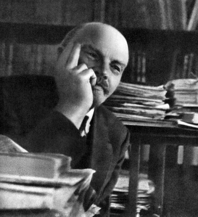 """В.И.Ленин : """"Люди всегда были и всегда будут глупенькими жертвами обмана и самообмана в политике."""""""