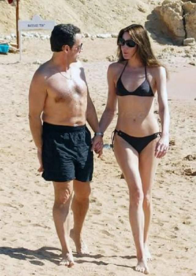 Уже будучи президентом Франци, Николя Саркози пошел на беспрецедентный для главы этой страны шаг - в третий раз женился. И не на ком-то, а на роскошной фотомодели Карле Бруни. На фото - супруги выбрали купальное белье одного цвета, что демонстрирует публике их единение.