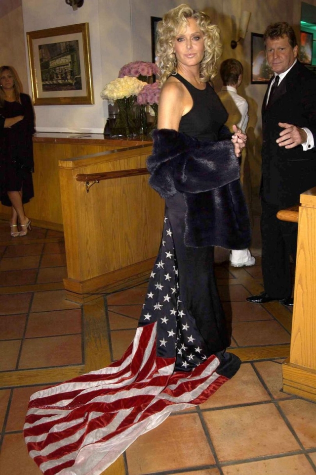 Фара Фоссет разгневала соотечественников, появившись на Оскаре в платье, шлейф которого представлял собой американскйи флаг, тащившийся по земле.