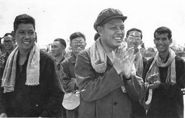 """В 1977 году после некоторого затишья произошел резкий всплеск боевых действий. """"Красные кхмеры"""" переходили границу и убивали мирных вьетнамских жителей: крупнейшая трагедия произошла в апреле 1978 года в селении Бачук, провинция Анзянг, все население которого – 3000 человек – было истреблено."""