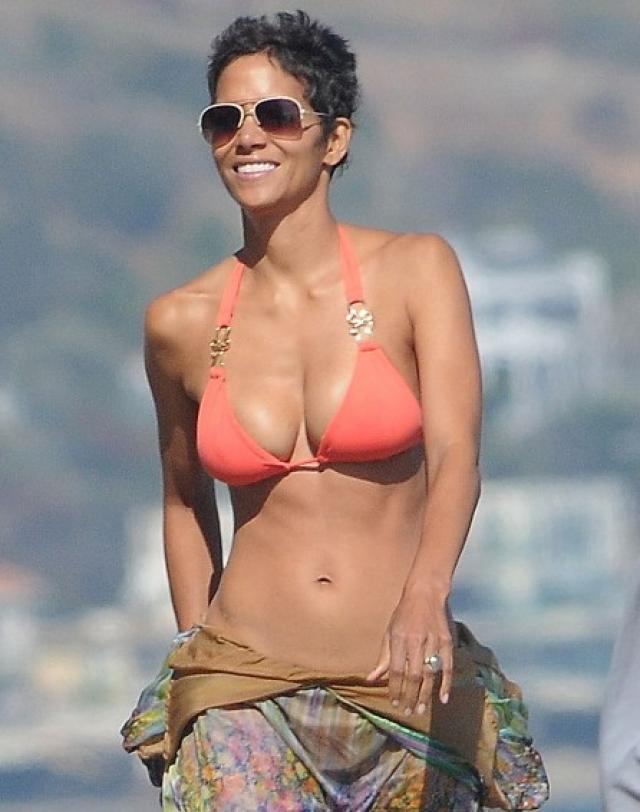 """Холли Берри. Через две недели актрисе """"стукнет"""" 50, однако глядя на ее пляжные фото, такое сложно даже предположить."""