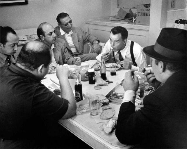 """Синатру """"застукали"""" с Лучиано в казино, на бегах и на вечеринках. А несколько позже журналист, видевший певца на Кубе опубликовал статью под заголовком """"Синатра нынче водится с очень странными людьми""""."""