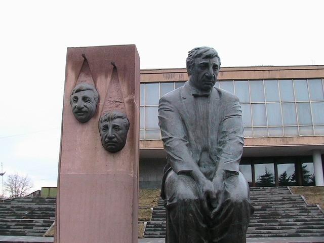 Скончался 29 декабря 1993 года в своей квартире в Ереване. На похороны пришли тысячи людей, траурная колонна с телом Мкртчяна прошла по центральной улице города.