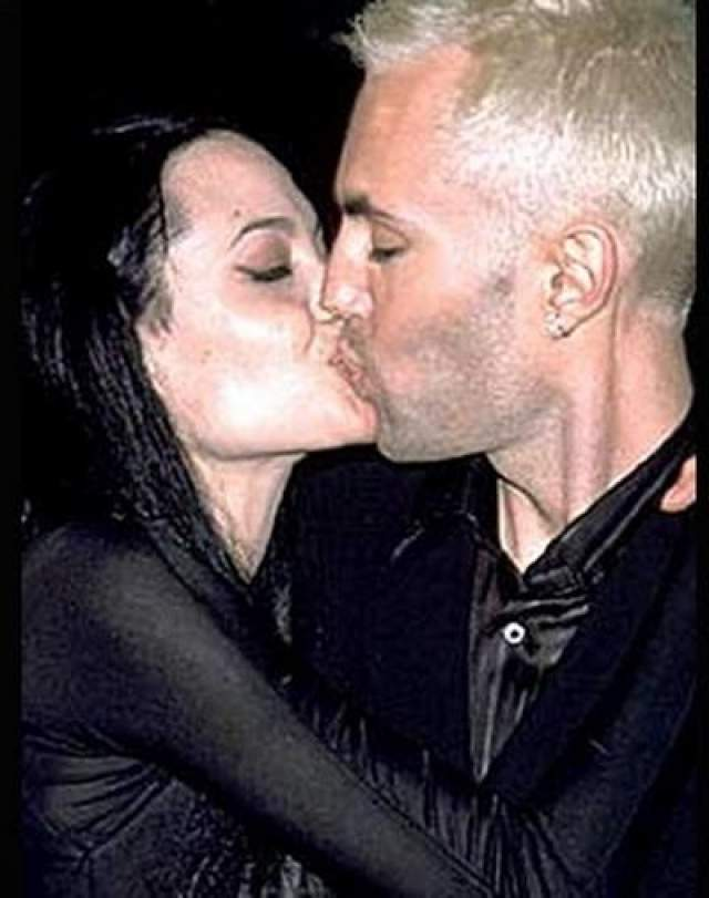 """На """"Оскаре-2000"""" Анджелина Джоли допустила непростительную ошибку, которая потом вышла для нее боком. Актриса страстно поцеловала своего родного брата на глазах у всего мира и призналась ему в любви. Бывшая жена Брэда Питта и подумать не могла, что ее нежные отношения с братом станут предметом насмешек и неодобрения."""