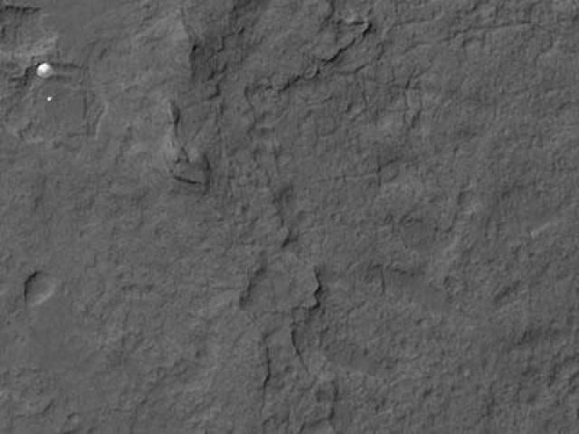 """Для посадки марсохода на поверхность Красной планеты в НАСа разработали новую технологию под названием небесный кран"""". На фото - Спуск марсохода на парашюте на поверхность Марса, 5 августа 2012 года"""