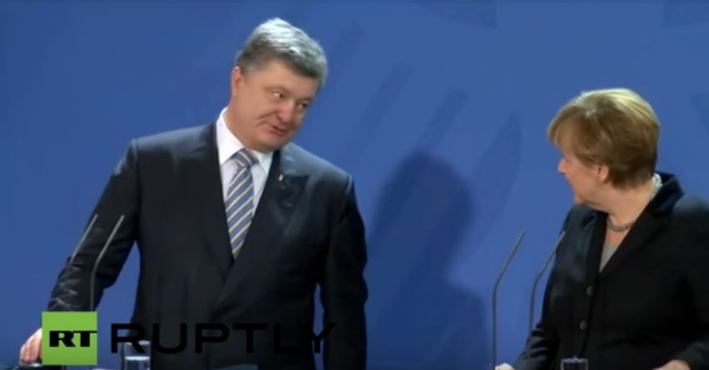 Так, после совместной пресс-конференции украинский лидер забыл пожать руку канцлеру ФРГ.