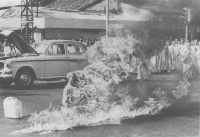 Буддийский монах Thich Quang Duc совершает публичное самосожжение. До этого он написал тогдашнему главе вьетнамского правительства письмо с просьбой прекратить репрессии в отношении буддистов, прекратить задержания монахов и предоставить им право исповедовать и распространять свою религию, но не получил ответа.